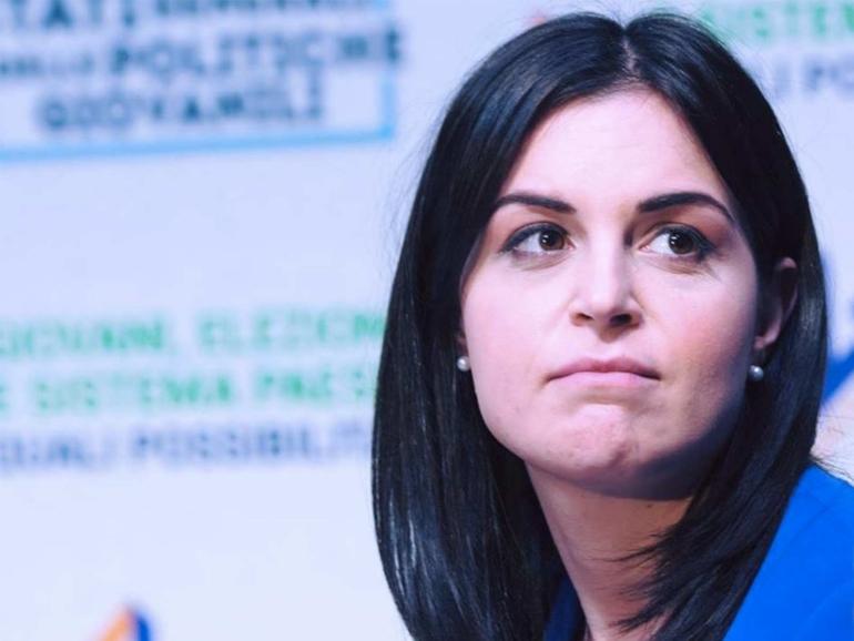MARIA CRISTINA PISANI, O DELLA POLITICA CON IL TROLLEY